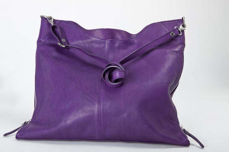 Sara Nappa - Il prodotto nasce da un'idea di una nostra addetta alle vendite con l'esigenza di avere una borsa che modificasse la propria ampiezza, in base alle necessità della proprietaria. Come tutti le nostre creazioni, è rifinita e curata nei minimi dettagli. #borse #pelle #artigianali
