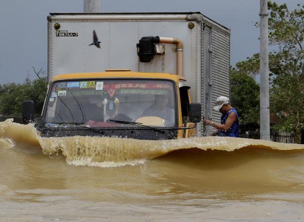 Philippine Typhoon News Today | Philippines typhoon floods rice fields, Filippinerne, wave, oversvømmelse, lastbil, truck, wheels, NEVER FORGET