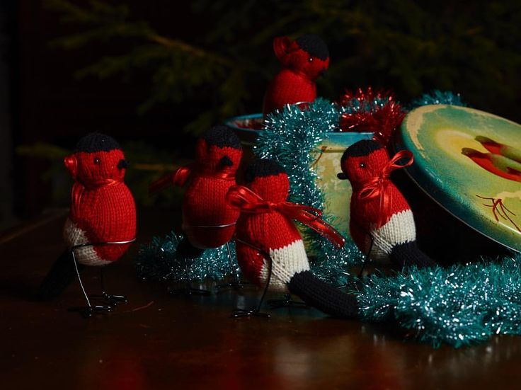 Getting mentally ready for the start of our Christmas preparations by looking at some of the old stuff we've made, like these knitted bullfinches and some knitted tinsel garlands. Only a few more days until we kick off this year's Christmas fun! We can't wait!! Photo: @rhartvig Styling: @ingrid_skaansar