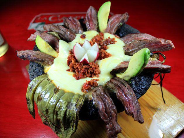 Tips Emiliano te menciona: La arrachera, es un corte de carne muy popular entre la comida mexicana y muy famosa en la región del norte del país. Es necesario ablandarla y marinarla para obtener lo mejor de la arrachera, logrando convertirse en una apetitosa pieza central de cualquier comida.