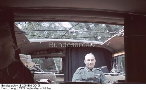 Oberfeldwebel im Auto