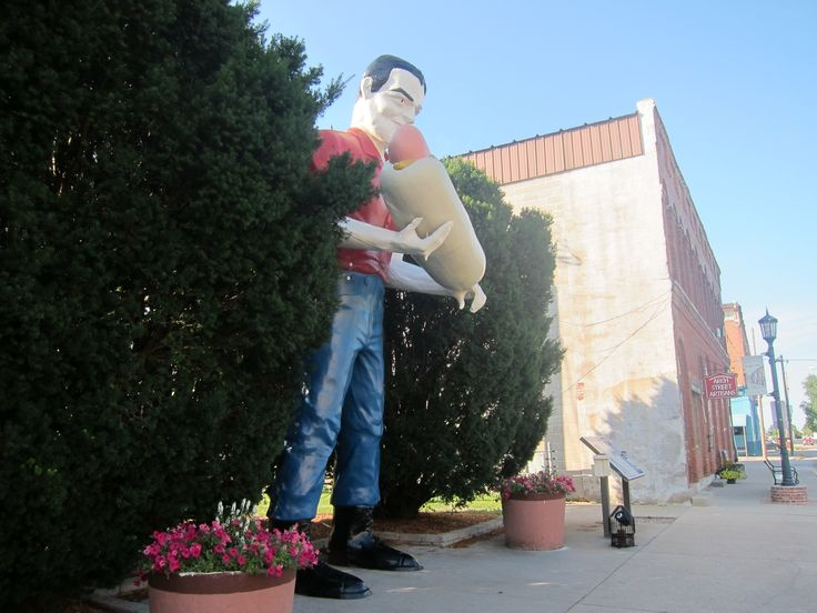 This statue of Paul Bunyan holding a hot dog was in front of a hot dog restaurant In Cicero, IL on Route 66. it is now on loan to the town of Atlanta, IL. #illinois #atlantail #route66 #enjoyillinois #ILroadtrips