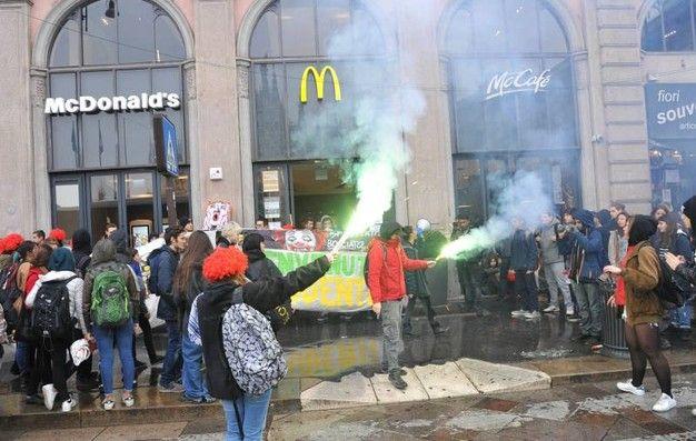 """La Schiavitù del Lavoro: MILANO: Gli studenti dicono """"NO"""" all'accordo sfrut..."""