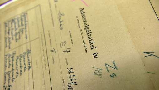 Holocaustdocumenten achter muur in Boedapest ontdekt -De bewoners vonden ze toen ze hun huis gingen renoveren. De papieren zijn gemaakt tijdens de volkstelling in mei 1944. Duitsland was twee maanden daarvoor Hongarije binnengevallen. De telling was een inventarisatie van elk huis in Boedapest om te kijken waar Joden woonden. Ongeveer 200.000 Joden werden niet lang na de telling gedwongen om te verhuizen naar 2000 speciaal daarvoor aangewezen huizen, zogenoemde Jodensterhuizen.