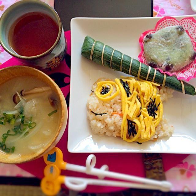 ちらし寿司の苦手な息子に、鯉のぼりを。。。と思ったのですが、、、やっぱりクオリティが低くなりました(∘¯̆ᘢ¯̆)و爆 ちまき・蓬餅・菖蒲湯と取り敢えず一通りイベント完了です(´ェ`*) - 11件のもぐもぐ - クオリティが。。。Part2 by mnsk