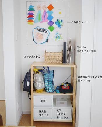 幼稚園に入園すると、途端に増える荷物たちを、ここにまとめて収納しています。  棚の上の余白はお子さんの作品展示スペース。フレームはマスキングテープ☆