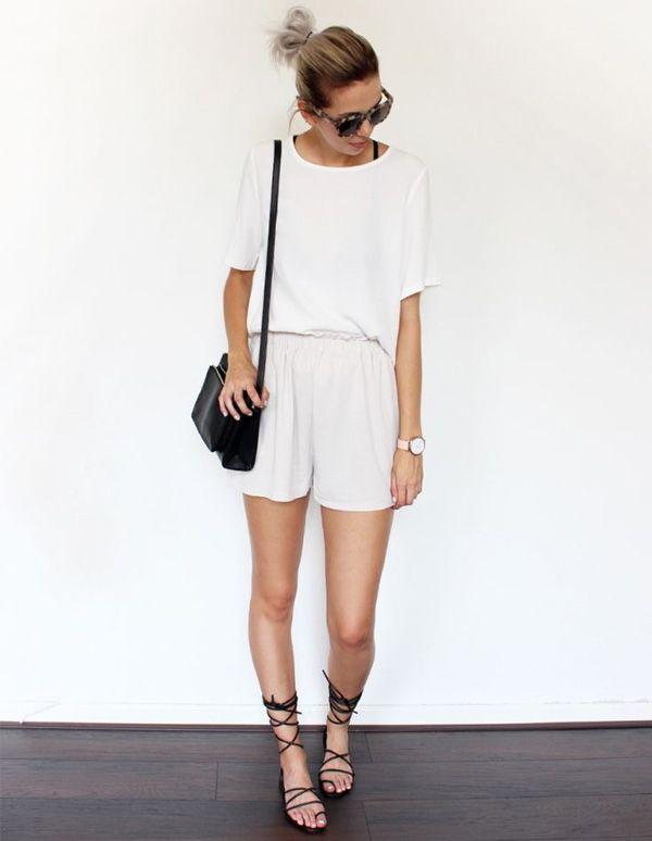 A sandália gladiadora é um daqueles itens fashions que gera polêmica. Veja como montar uma produção nada óbvia com esse acessório, como esse look com vestido minimalista branco e bolsa preta.