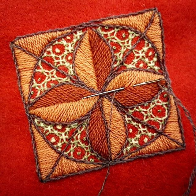 I used a traditional sashiko pattern and transferred it to Swedish crewel. #broderi #embroidery #yllebroderi #woolembroidery #woolwork #crewel #crewelwork #mandala #stitch #stitching #franskaknutar #frenchknot #lovefrenchknots #plattsöm #satinstitch #bottensöm #latticestitch  #stjälksöm #stemstitch