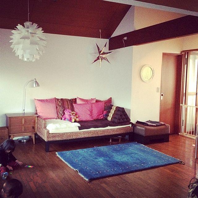 女性で、の三角枕/ソファ周辺/ギャベ/ソファ/IKEA/照明 リビング…などについてのインテリア実例を紹介。「また模様替え」(この写真は 2013-12-26 16:11:01 に共有されました)