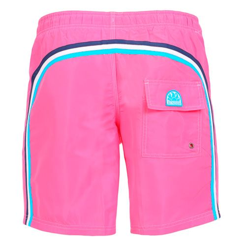 FUXIA LONG SWIM SHORTS WITH ELASTIC WAIST AND RAINBOW BANDS Fuxia Nylon Taffeta long boardshorts. Three rainbow bands on the back. Elastic waistband with adjustable drawstring. Internal net. Two front pockets Back Velcro pocket. Sundek logo on the back. COMPOSITION: 100% NYLON. Model wears size M he is 189 cm tall and weighs 86 Kg.