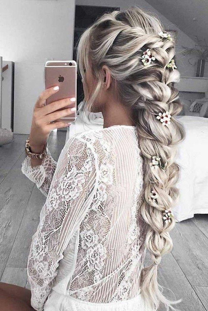 idée de coiffure femme tresse xxl ultra volumineuse avec des pétales de fleurs entrelacées, mèches coloration blond polaire, coiffure boheme chic femme