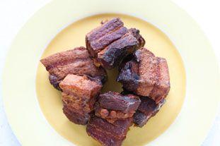 Rillons de Tours: Les rillons de Tours (une ville de l'ouest de la France, dans la vallée de la Loire), c'est une recette de cochonnaille où des morceaux de lard sont cuits lentement, confits, dans du saindoux et du vin blanc.Ça se mange un peu comme des rillettes, avec du pain, du vin et des cornichons, mais on peut aussi les utiliser à la place de lardons dans une recette.