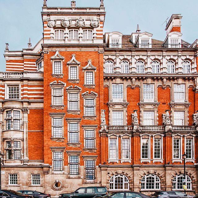 Самые шикарные фасады - конечно же в Лондоне. Когда я первый раз прилетела в Англию, у меня дух захватило от того, что это возможно - так любить город, в котором живешь, ухаживать за ним и беречь. Даже зимой на улицах висят цветы на ограждениях, и даже на самой шумной улице с машинами есть, где отдохнуть глазу. Дада, я очень люблю Великобританию . Но Лондон особенно. #ppfacades