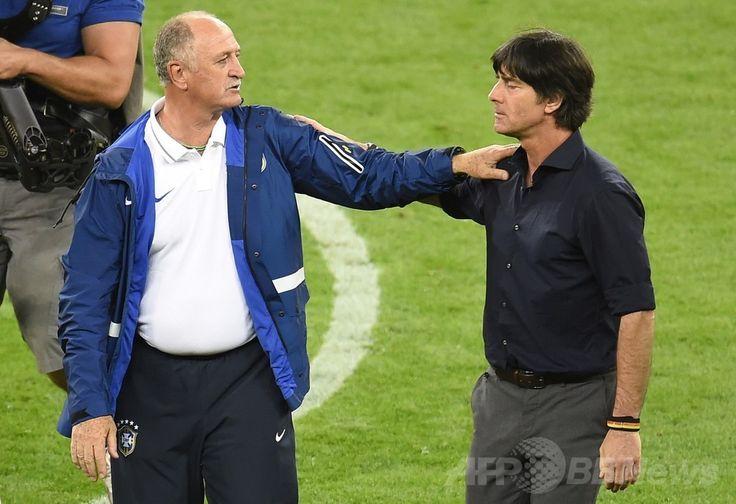 サッカーW杯ブラジル大会(2014 World Cup)準決勝、ブラジル対ドイツ。試合後に健闘をたたえ合うブラジルのルイス・フェリペ・スコラーリ(Luiz Felipe Scolari)監督(左)とドイツのヨアヒム・レーブ(Joachim Loew)監督(2014年7月8日撮影)。(c)AFP/ODD ANDERSEN ▼9Jul2014AFP|ブラジルに大勝の独レーブ監督、勝因は「冷静さ」 http://www.afpbb.com/articles/-/3020098 #Brazil2014 #Brazil_Germany_semifinal #Luiz_Felipe_Scolari Joachim Löw #Joachim_Low