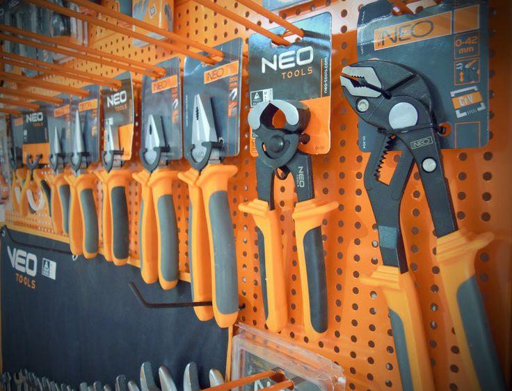 Stand de scule și unelte de mână NEO. Vrei și tu așa un stand în magazin ? Contactează-ne! Oferta completă pe http://suruburionline.ro/neo