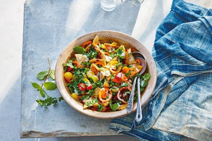 Haal de Libanese keuken dichter bij met deze variant op de kruidige fatoush die vaak wordt gemaakt met geroosterd pitabrood. - Recept - Allerhande