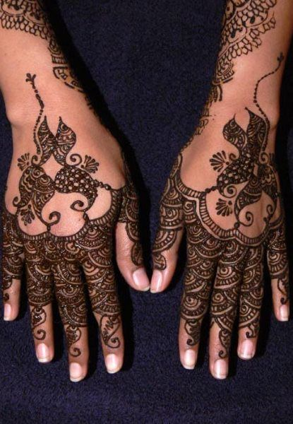 when you decide to get a henna tattoo on both hands make sure the same pattern is applied - Henn Ou Coloration