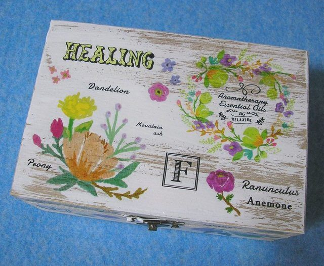 ★ハーブ、アロマセラピー、ヒーリングをテーマにしたビンテージ調の素敵な木製ジュエリーボックスです。ボタン、タンポポ、ナナカマド、アネモネ、ガーベラなどの草花、英語やフランス語で書かれたエッセンシャルオイルのラベル等が魅力的です。★アクセサリーの他に切手や...
