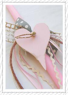 lb5054 {14,90 €} χειροποίητη λαμπάδα με ξύλινη διακοσμητική καρδιά, κεραμική χάντρα και υφασμάτινες ρομαντικές κορδέλες (ύψος 40εκ.) ΛΕΠΤΟΜΕΡΕΙΑ