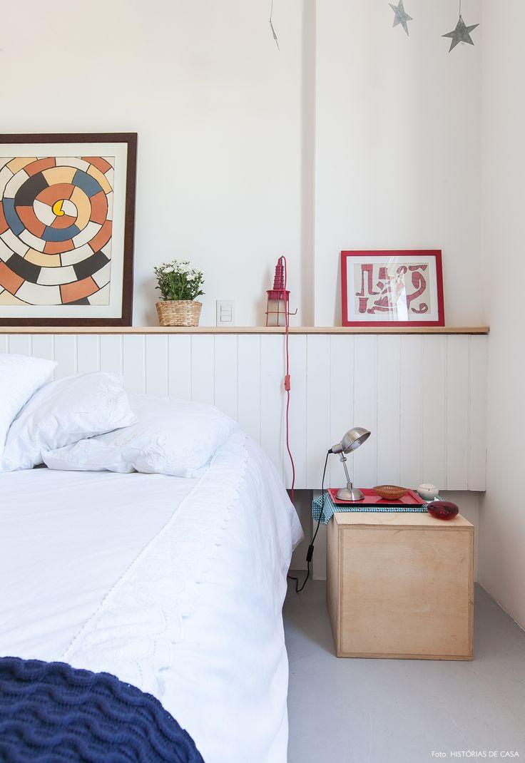 Nesse apartamento integrado e com ares de praia, os tons de azul e branco dominam a decoração e criam um clima leve e despojado.