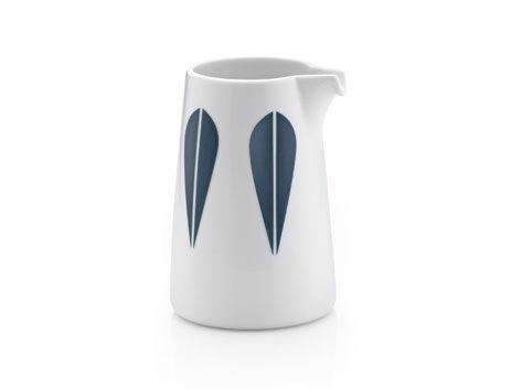 Mælkekande i porcelæn formet af Sara Skotte med lotus mønster designet i 1963 af kunstneren Arne Clausen. 0,33 L