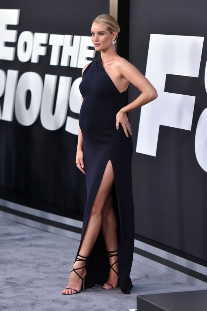 Die werdende Mama Rosie Huntington-Whiteley Brandon Maxwell bei der Fast and Furious Premiere: Pumps mit zarten Schnüren werden zum schwarzen Abendkleid kombiniert. Ein Trend zum Nachschnüren...