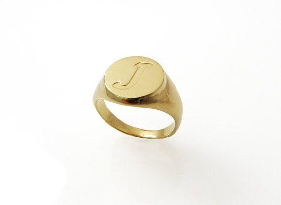Anello da mignolo. Anello di monogramma. Anello unisex. Anello di monogramma. Anello iniziale. Regalo per lei. Anello con sigillo doro. Anello personalizzato. Regalo personalizzato.  Info: 🌟 anelli:  Questo anello da mignolo unisex bellissima fatta di oro 18 carati placcato con una finitura lucida.  Lanello misura 12,5 mm nella parte più larga e 3 mm sul retro.  Info di spedizione 🌟:  Tutti gli anelli sono imballati e spediti in una scatola di bellissimo anello. Ci vogliono circa 10-14…