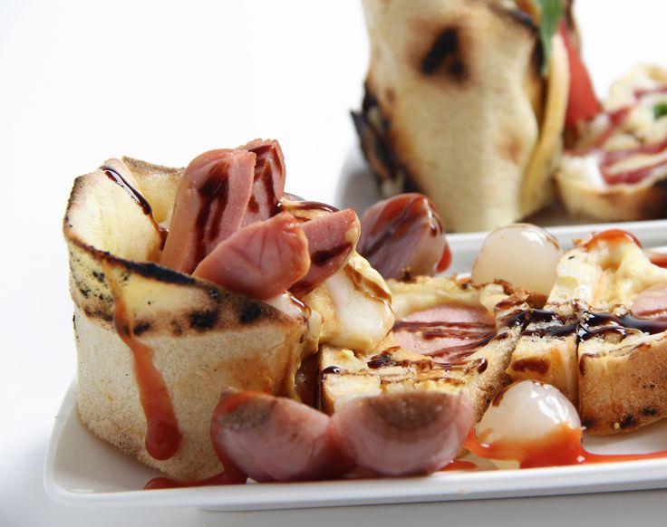 Evoluzione naturale della pizza U-TUB, tagliata a rondelle dopo l'arrotolamento e servita in eleganti piatti di porcellana per il consumo al tavolo, oppure in contenitori di cartoncino per l'asporto, la pizza Sushi diventa un modello di consumo del prodotto direttamente con le mani. Un modo più di ogni altro per assaporare il prodotto.