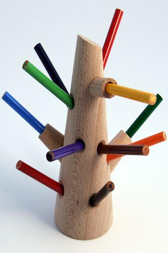 Portapenne Pencil Tree. Pencil tree è un porta penne e colori realizzato in legno in modo tale da formare un albero colorato, un'idea molto simpatica per i più piccoli. Il set comprensivo di matite colorate è in vendita su Romp store. Via designerblog.it