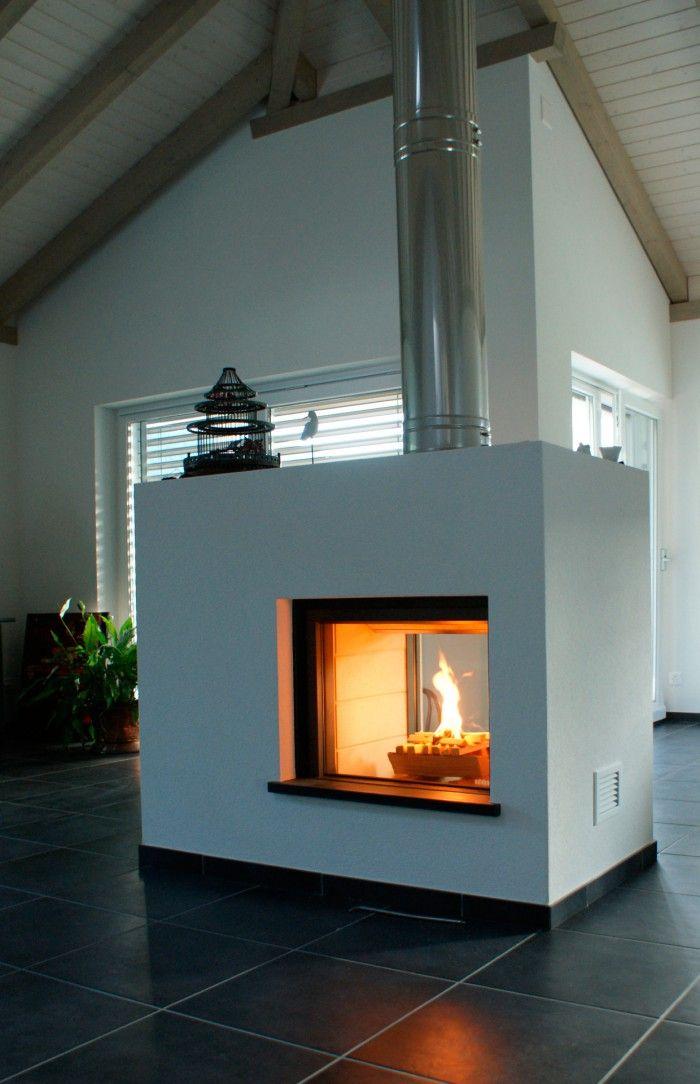Doorkijkhaard Stûv 21. Haard Stûv 21 brandt urenlang op hout. De haard is hier midden in de ruimte geplaatst. Doordat dit model ook in een doorkijkversie verkrijgbaar is, is deze ideaal om in een roomdivider te plaatsen. Zo geniet je aan beide kanten van de warme vlammen. Stûv