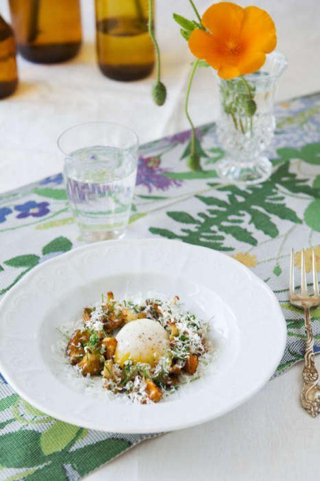 Pocherat ägg är enkelt att göra och väldigt gott. Här ett recept med kantareller och schalottenlök. Läs också: Grundrecept pocherade ägg