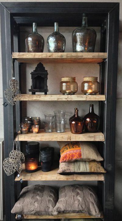 Stoere kast met staal en hout  - glazen potten en vazen - kussens en kleden bij Molitli Interieurmakers