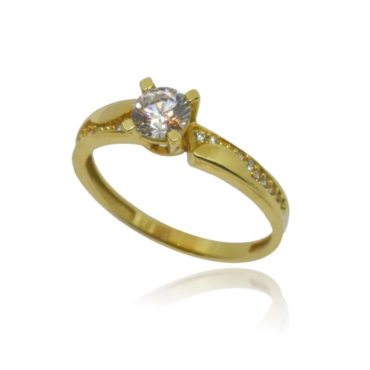 Mονόπετρο δαχτυλίδι, κίτρινο χρυσό 14 Καρατίων, διακοσμημένο με μία λευκή κεντρική πέτρα topaz Swarovski και μικρότερες λευκές πέτρες σε ένα κομψό σχεδιασμό.
