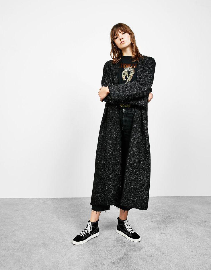 Длинное трикотажное пальто. Откройте для себя эти и многие другие товары Bershka с новыми коллекциями каждой недели