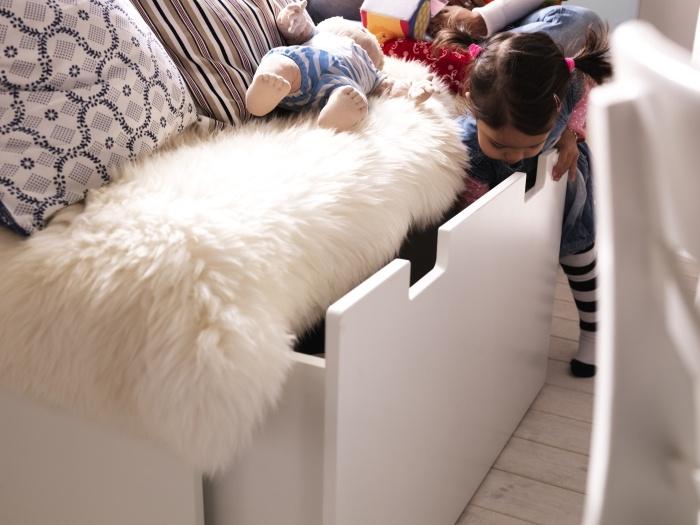 Скрийте всичко под дивана.