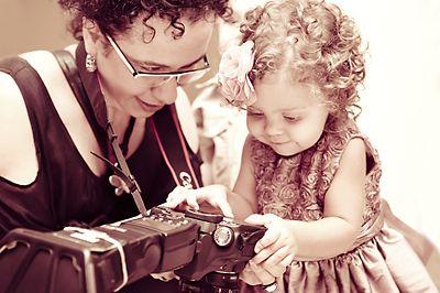 """APRENDA A FOTOGRAFAR COM UMA FOTÓGRAFA PEDAGOGA. Você se lembra """"daquela"""" viagem maravilhosa que você fez e ficou frustrado com as fotos que trouxe de lembrança?    Você já sentiu aquele desejo de fazer fotos com qualidade semelhante a dos fotógrafos profissionais?    Que tal começar um curso básico de fotografia e aprender várias técnicas de como fazer fotos maravilhosas e deixar seus colegas de """"boca aberta"""" com seus álbuns?    Eu sou fotógrafa e pedagoga. Gosto de fotografar e de ensinar…"""