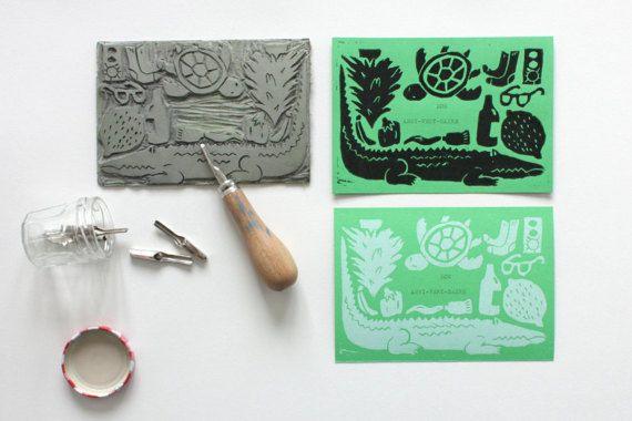 Carte Anniversaire. Objets et animaux verts. Jeu de mot. Bon anniversaire. Linogravure. Fait main. Crocodile. Tortue.