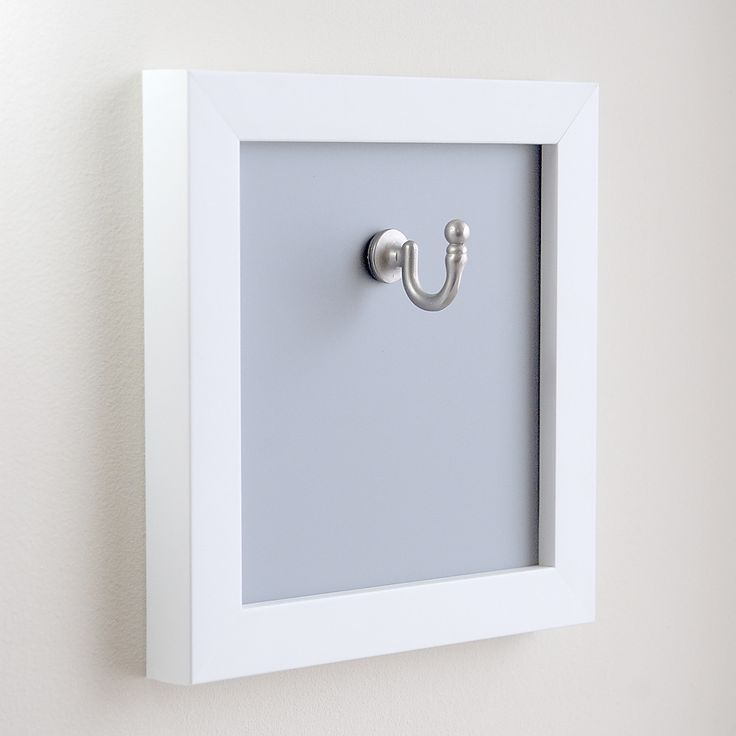 Věšák Simply Modern I Moderní jednoduchý věšák pro široké uplatnění v interiéru. V koupelně na ručník a župan, v hale jako věšák na klíče, v kuchyni na ručník, utěrku nebo chňapku. V koupelně pro každého člena rodiny zavěšené v řadě, nebo nahodile. Snadné zavěšení, na zdi je stabilní. Zhotovený ze dřeva v bílé matné barvě s šedým, nebo černým ...