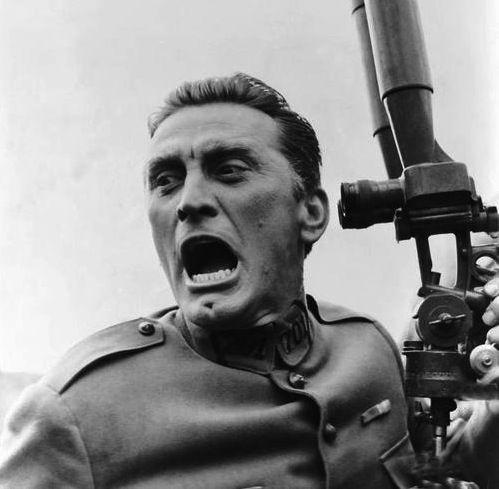1 Senderos de gloria de Stanley Kubrick (1957), 8,5 punts a IMDb. Memorable el  tràveling de les trinxeres, amb el coronel francès Dax (Kirk Douglas) avançant entre els seus soldats. Els generals en les seves estades palauenques queden retratats, tant és així que la pel•lícula va estar prohibida a França, amb tota la seva liberté, fins al 1975.