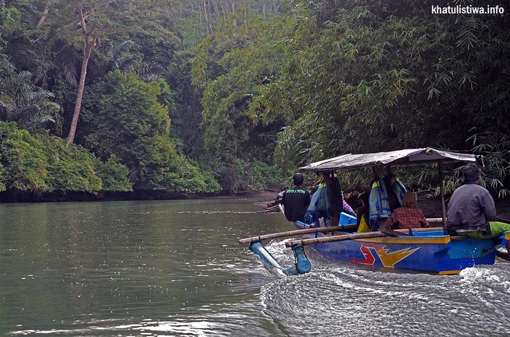 perahu wisata yang mengantar para wisatawan menuju #greencanyon #pangandaran