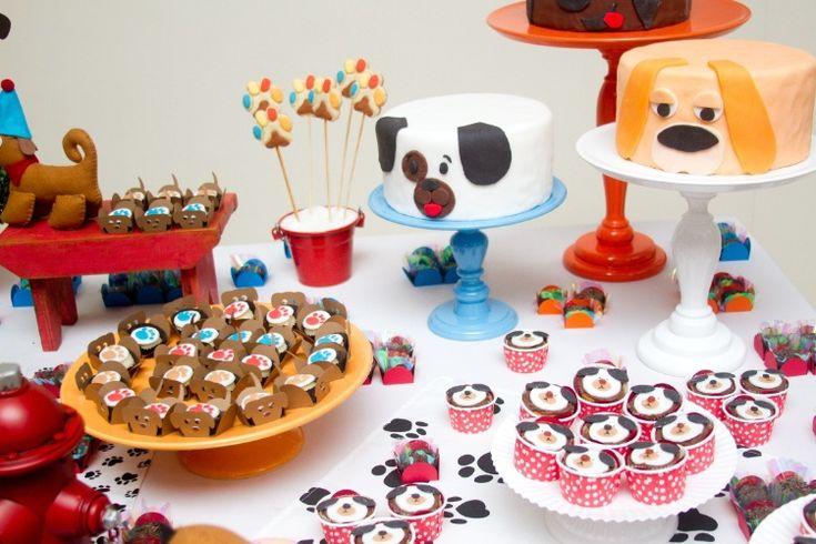 Na festa com tema cachorros, criada pela empresa A Fê Faz (www.afefazfestas.blogspot.com.br), os três bolos, que reproduziam diferentes raças, os docinhos e os cupcakes foram feitos por Verinha Gherardini Cozinha e Carinho (www.facebook.com/pages/Verinha-Gherardini-Cozinha-Carinho)