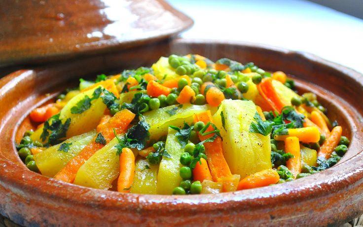In Marokko bestaan er honderden varianten van tajine, een schotel met groenten, vlees, vis of kip. Tajine is het meest geconsumeerde gerecht in Marokko. Er bestaan tal van tajine recepten maar de meest courante zijn tajine met vlees en groenten en tajine met gehaktvlees en eieren.