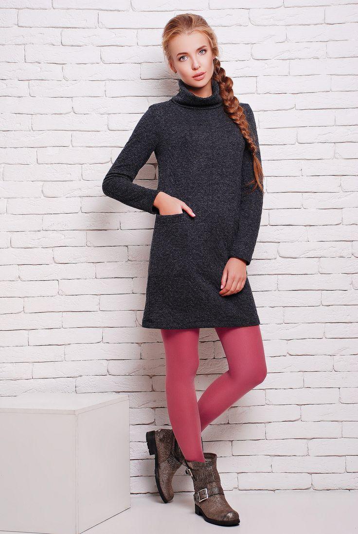 """Платье с воротником хомут цвет серый  ДЖУЛИЯ -  молодежное модное повседневное платье с длинным рукавом, одновременно простое и стильное. Меланжевый трикотаж - очень мягкая и приятная к телу ткань, по качеству похожа на ангору. Красивый высокий воротник """"хомут"""" и накладной карман дополняют его и делают более изысканным. Платье отлично сочетается как с гардеробом в стиле street style, так и с классическими моделями."""