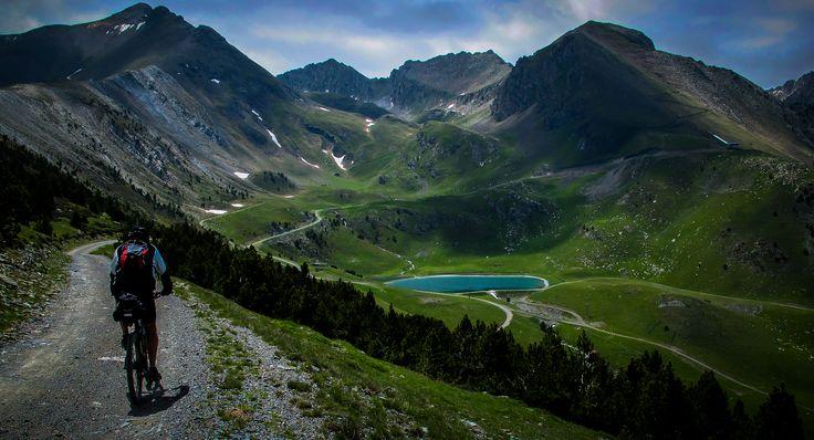 Situado entre Francia y España, los Pirineos representan la frontera natural entre estos dos países. Esta cadena de montañas separa la Península Ibérica del resto de Europa. La ventaja que tienen l…