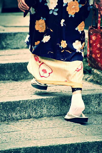 Japanese kimono. Going up stairs without exposing your calf