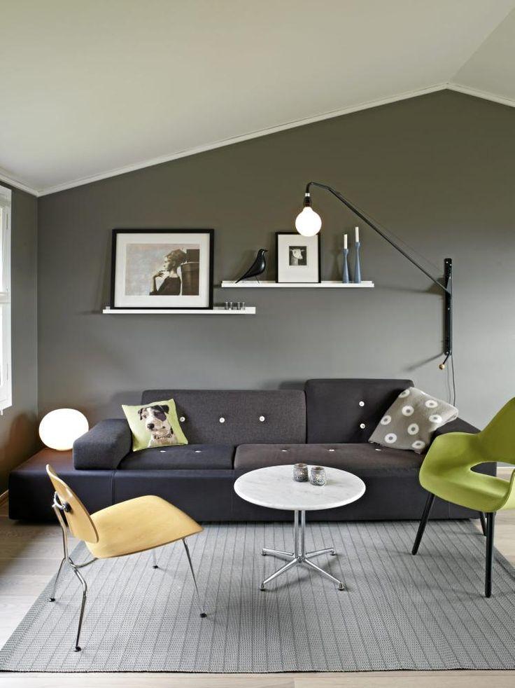 Himlingens skrå linjer gjentas i møbleringen. Sofaen, bordet, stolen og lampen er alle fra Vitra, mens puten er fra HogM.