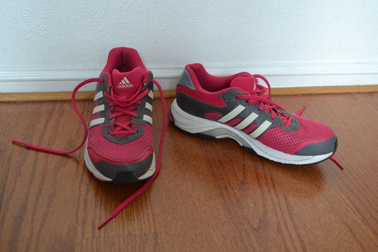 Löparskor från adidas, strl 40 2/3, sitter bra på mig som har 40 i andra skor.   Adiprene+. Formation.   Endast använda enstaka gånger, men lite småslitet ändå, då dem använts på grusigt underlag.  400kr