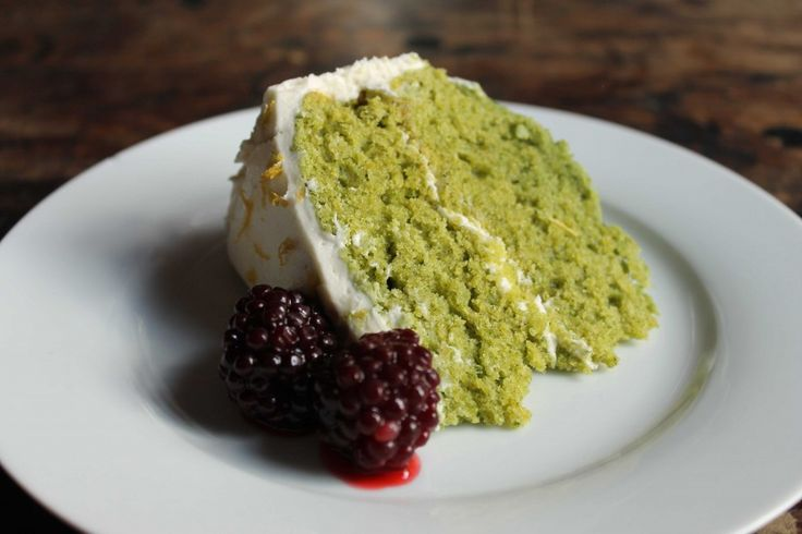Nettle and Lemon Cake with Lemon Icing and Blackberries - Veggie Desserts