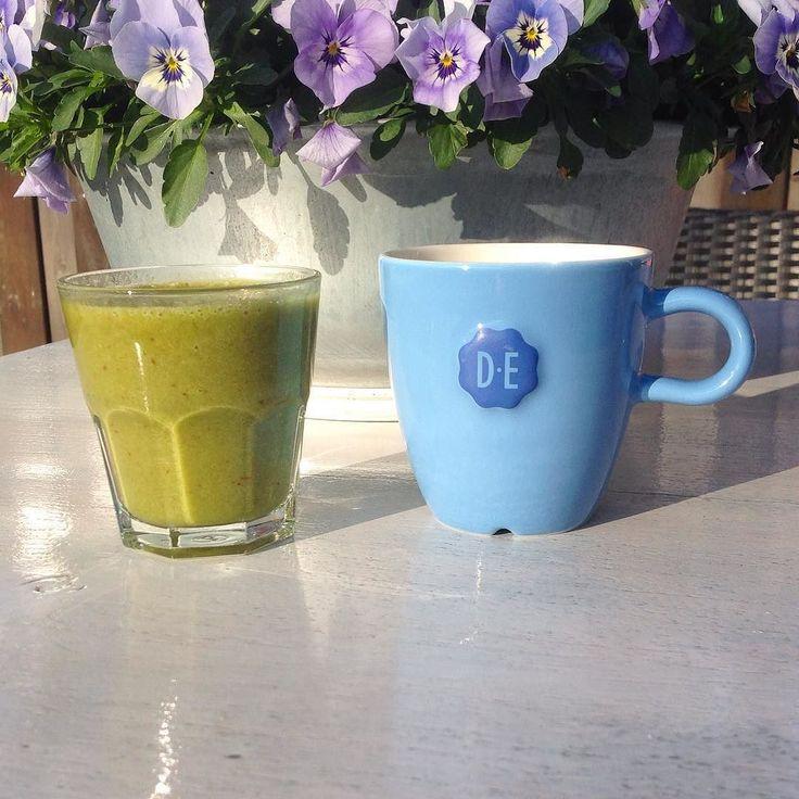 Goedemorgen op deze veelbelovende zonnige dag!!! Ik mag vandaag veel zon  zien  vanuit de ... Heel de dag onderweg... En van de groene smoothie op de foto heb ik ook een drinkbeker mee... Banaan Aardbeien Komkommer Spinazie Ananas  Kokoswater #eatclean #eatsclean #eatingclean #cleaneating #eatpaleo #eatingpaleo #paleolifestyle #paleochoices #paleo #paleoapproved #eathealthy #healthyfood #healthyeats #healthylifestyle #healthychoices #healthy #eatinghealthy #healthylife #healthybreakfast…
