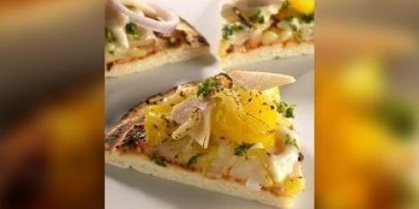 Pizza met ananas en mozzarella